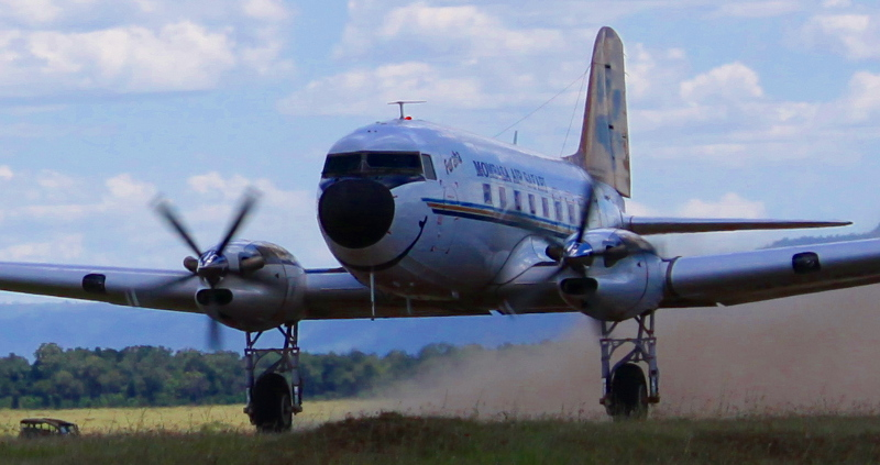 25610 5Y-WOW DC-3 landing at Mara-tight2-800